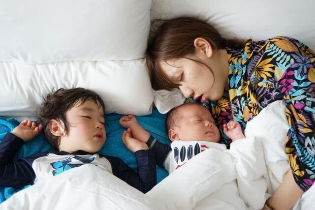 寝る子どもと親